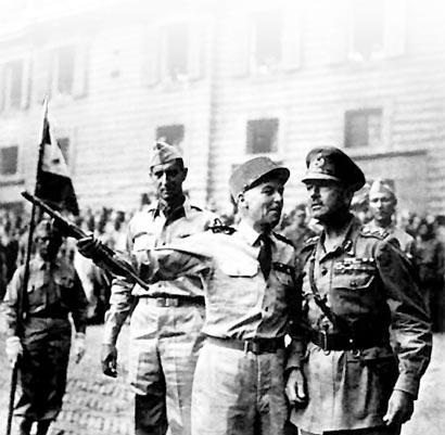 Dans Sienne occupée par les troupes françaises, les généraux Clark, Juin et Alexander
