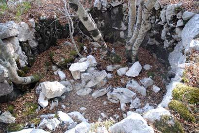 Quelques vestiges des refuges établis pendant la bataille (cote 862)
